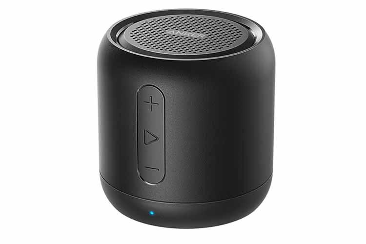 Die Bedientasten für Lautstärke und Wiedergabe am ANKER SOUNDCORE Mini sind gut platziert. Der Schall wird nach oben abgegeben