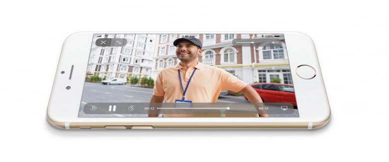 Ist niemand zuhause, kann der Paketmann über das FIBARO Intercom eine Videonachricht hinterlassen