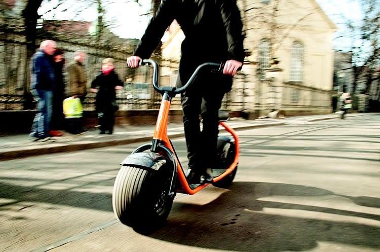 Sitzen oder stehen? Der Scrooser Roller made in Germany bietet Alternativen