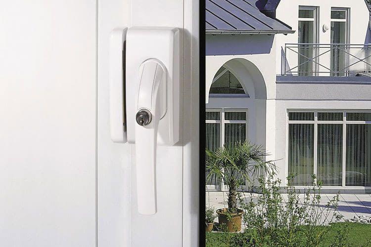 Die Sicherung durch das ABUS Fenstergriffschloss FO 400 stattet das Fenster gegen Einbrecher aus
