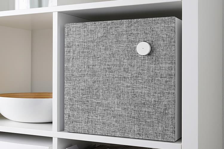 Der größere ENEBY Lautsprecher passt perfekt zu IKEA-Regalen