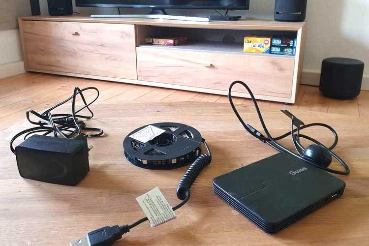 Der Lieferumfang der Govee TV-Hintergrundbeleuchtung umfasst z. B.  einen LED-Strip, eine Box, Netzkabel und eine Kamera