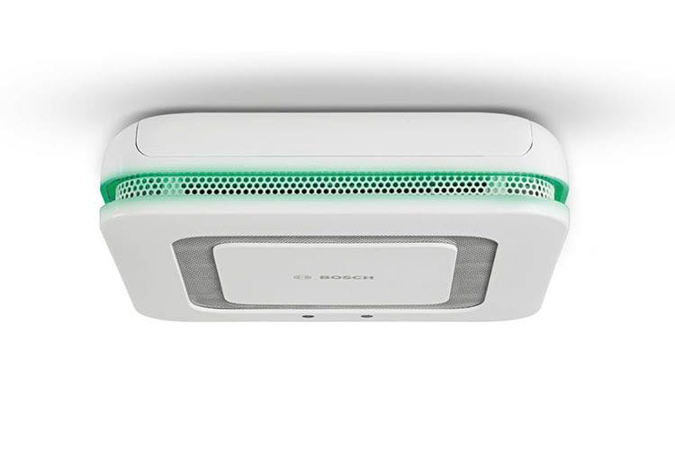 Der Bosch Twinguard Rauchmelder schlägt nicht nur bei Rauchentwicklung Alarm, er informiert auch, wenn die Luftqualität sinkt