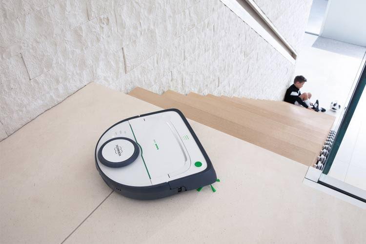 An Treppenkanten kehrt der Kobold VR300 Saugroboter automatisch um