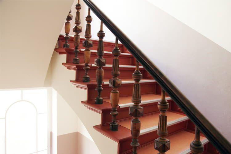 Mit Ambient Assisted Living Lösungen lässt sich z. B. im Treppenhaus der Licht auf Zuruf einschalten