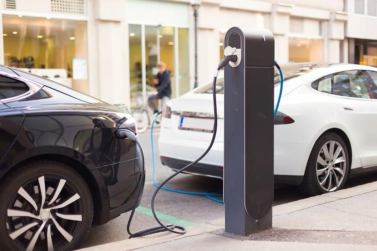 Das Elektroauto und das Fahrzeug mit Verbrennungsmotor unterscheidet so einiges