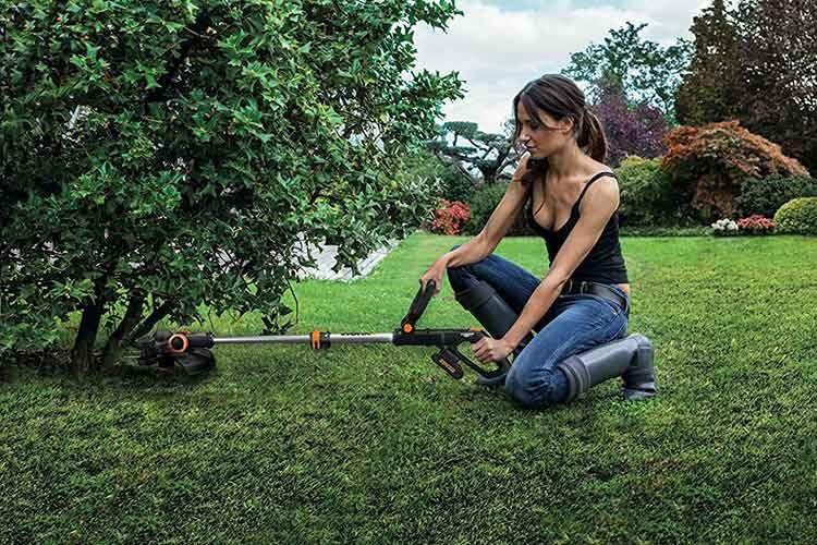 Wer einen Mähroboter ohne Rasenkanten Mähfunktion bestitzt kann mit einem Akku Rasentrimmer wie Worx WG163E.1 nacharbeiten