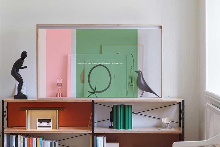 Panasonic zeigt auf der IFA 2019 einen OLED-TV mit transparentem Display. Vogel, Bilder und Trophäe befinden sich hinter dem TV