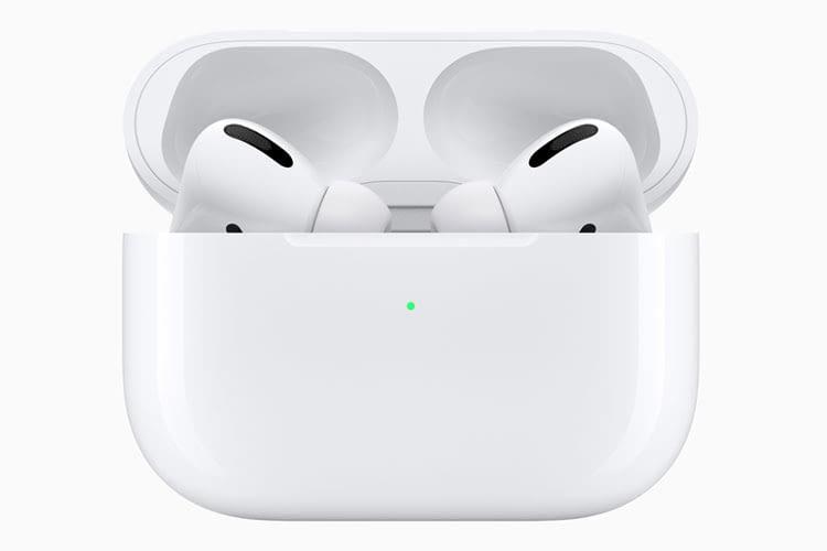 Die Apple AirPods Pro und das Ladecase sind in schlichter weißer Farbe gehalten