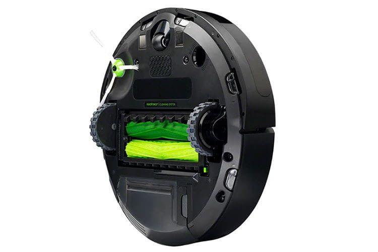 Auf der Unterseite des Roomba i7 Saugroboters befinden sich zwei gummierte, unterschiedliche Reinigungsbürsten