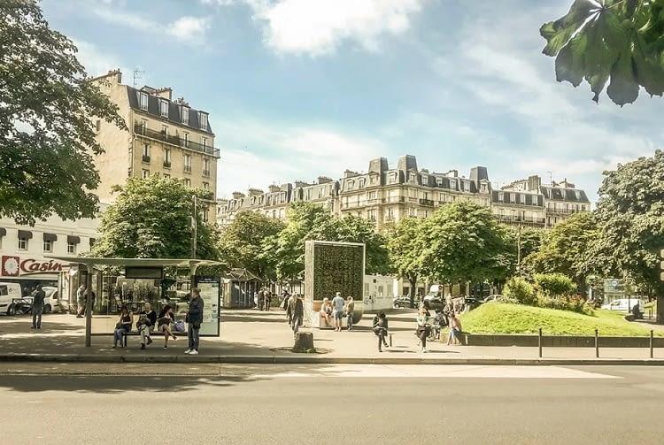 CityTrees filtern nicht nur schmutzige Stadtluft, die dienen auch als urbaner Treffpunkt und Lärmschutz – hier in Paris
