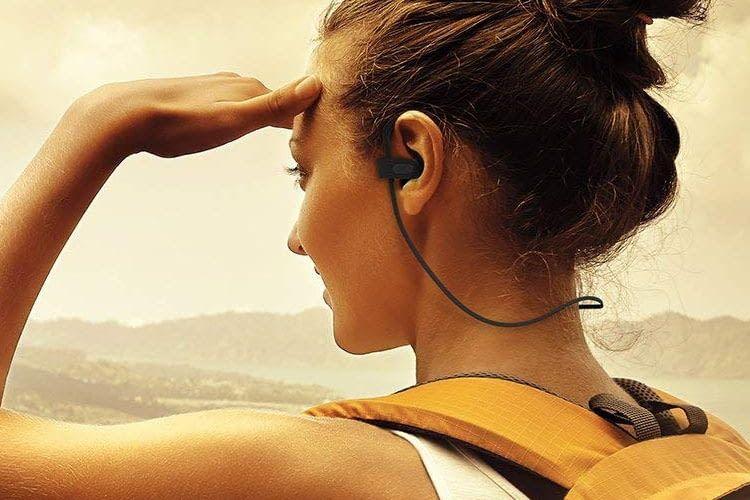 Das Verbindungskabel zwischen den Ohrhörern verläuft im Nacken