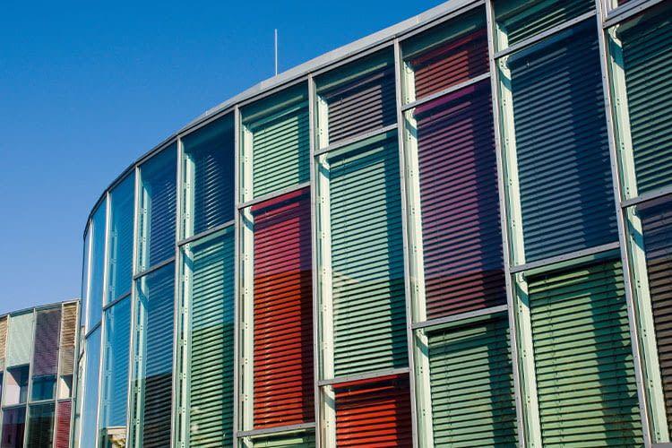 Wer viele Fenster hat, kann sich mit Smart Home Lösungen zur Rollladensteuerung viel Zeit und Arbeit sparen