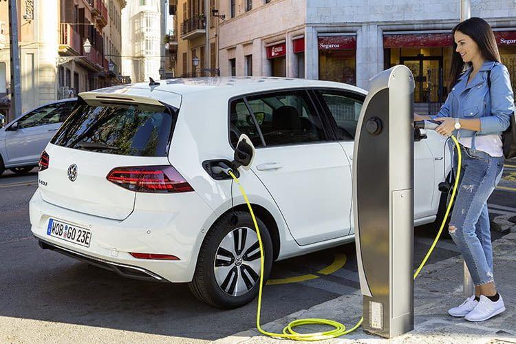 Der Ladevorgang über den Haushaltsstecker mit 2,3 kW dauert beim VW e-Golf rund 17 Stunden