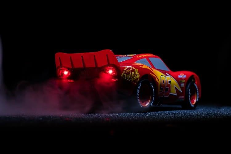 Gleich 6 Motoren steuern die einzelnen Komponenten des smarten Spielzeugautos