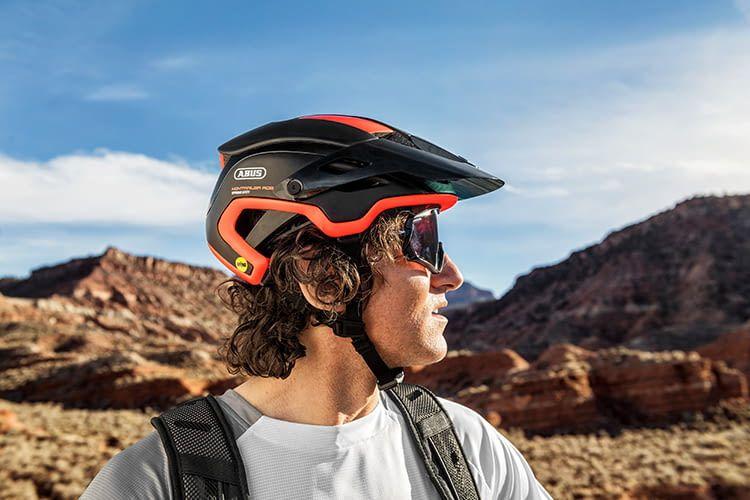 Mountainbiker benötigen oft Schutz vor Sonne, Matsch und Steinschlägen - dafür sind MTB-Helme oft mit Schilden ausgestattet