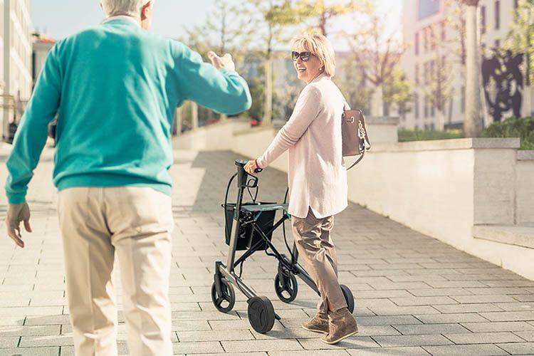 Nutzer des E-Rollators ello dürfen sich über eine erhöhte Mobilität und mehr Selbstsicherheit freuen