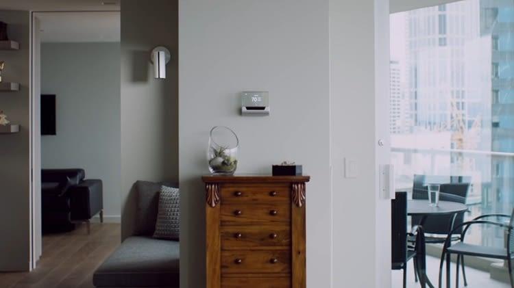 """""""Das Thermostat verfügt über einen transparenten Touchscreen und macht es so zum absoluten Hingucker"""""""