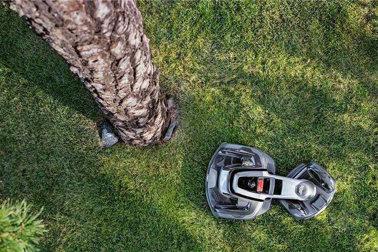 Die Knickachse von HUSQVARNA AUTOMOWER 435X AWD erlaubt das Navigieren durch komplizierte Stellen im Garten