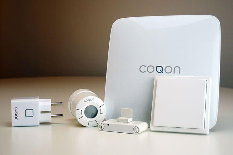 Smart Home Einstieg leicht gemacht: COQON Smart Home Zentrale (hi.), Funksteckdose, Thermostat, Fensterkontakt und Taster (v.l.n.r.)