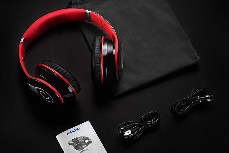 Mpow 059 wird mit Audio- und USB-Kabel sowie Handbuch und Tragesäckchen ausgeliefert