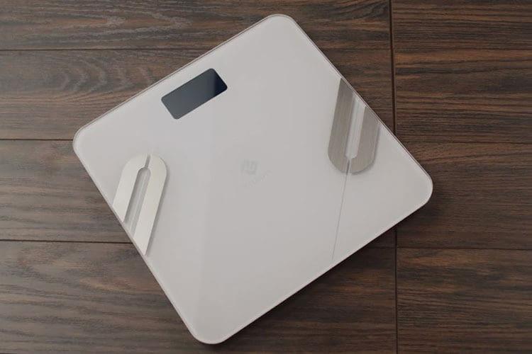 Körperanalysewaagen sind mit Elektroden ausgestattet und ermitteln so z. B. den Body-Mass-Index
