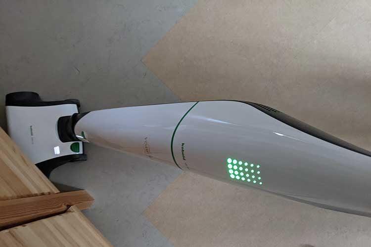 Der Akku-Staubsauger Vorwerk Kobold zeigte sich im Test gelenkig und reinigte auch zuverlässig unter Möbeln