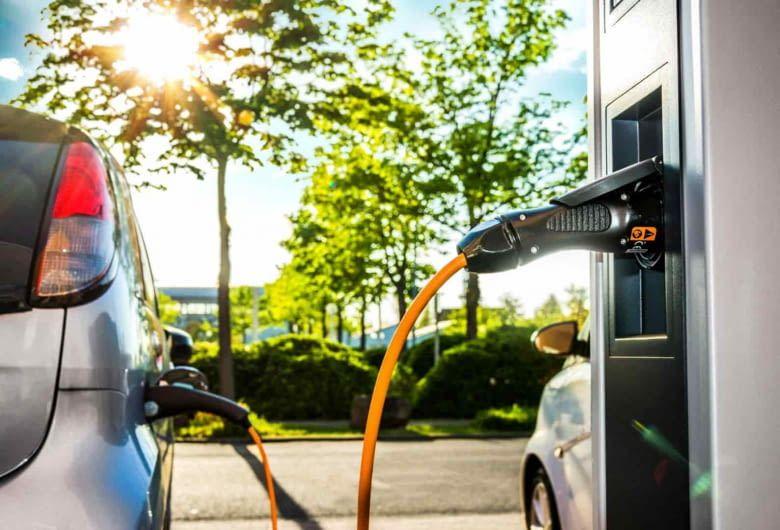 Noch wird der Strom, der ins E-Auto fließt, oft aus fossilen Brennstoffen gewonnen