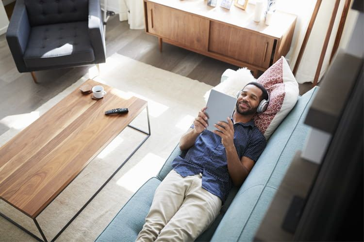 Vom Tablet auf den Smart TV? Mit vernetzten Geräten geht das ganz einfach per Sprachbefehl