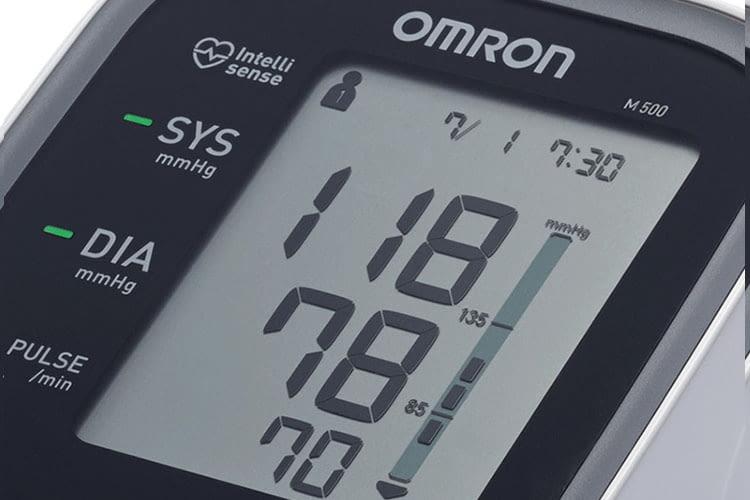 Mit dem OMRON Oberarm-Blutdruckmessgerät den Blutdruck im Blick behalten