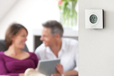 devolo Home Control Raumthermostat im Wohnzimmer