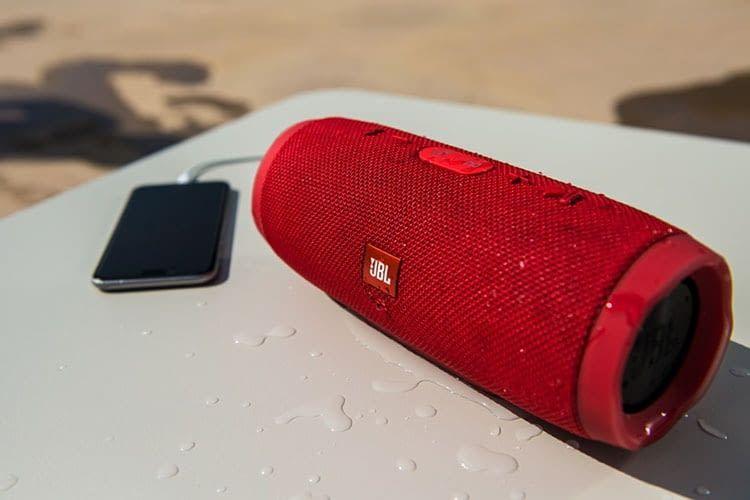 JBL Charge 3: Über die Freisprechfunktion können Nutzer über den Bluetooth-Lautsprecher telefonieren