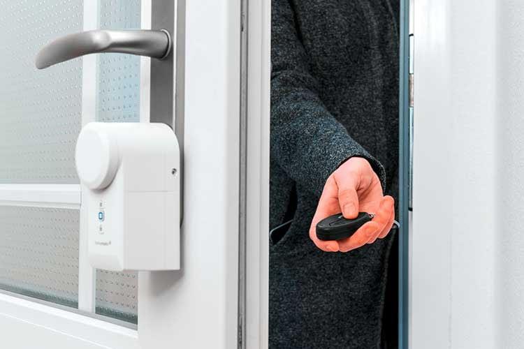 Das Homematic IP Türschloss lässt sich per Schlüsselbundfernbedienung, Smartphone App oder weiterhin mit dem Schlüssel bedienen