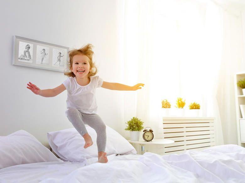 Kind im Schlafzimmer