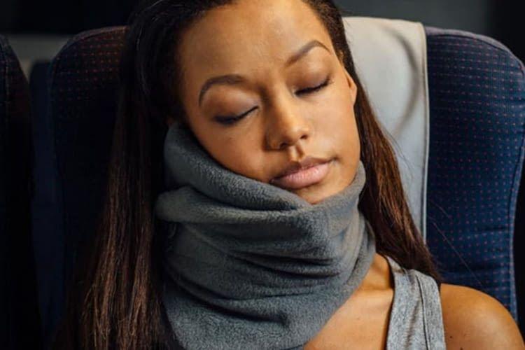Die trtl Nackenstütze sieht aus wie ein Schal, ist aber ein konkurrenzfähiger Flugbegleiter