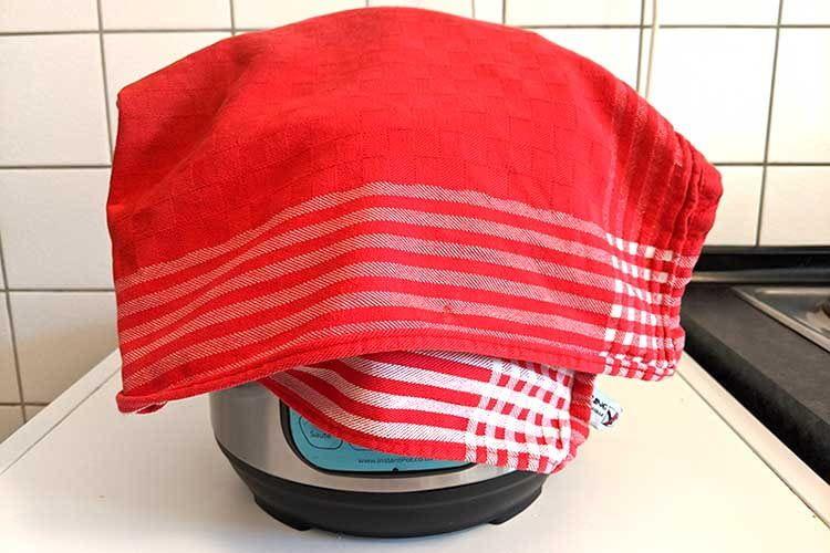 Uralt-Trick: Beim schnellen Ablassen des Dampfes einfach ein Tuch über den Schnellkochtopf legen