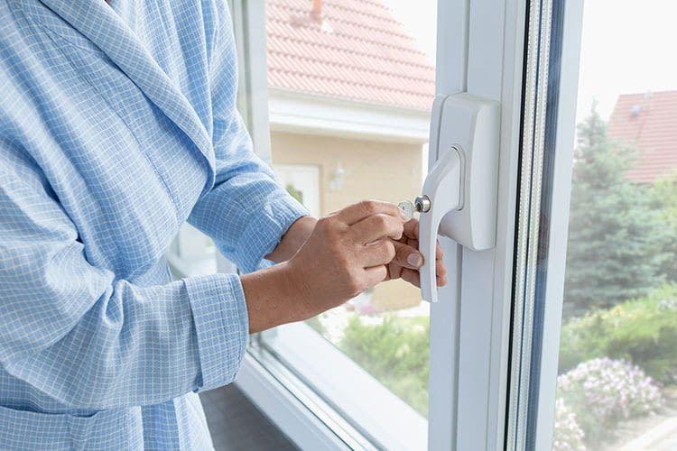 Das Fenstergriff-Schloss ABUS FO400 dient nicht nur als Einbruchschutz, sondern auch als Kindersicherung