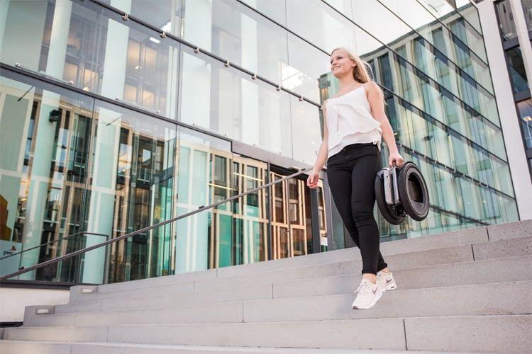 Bei Treppen oder anderen Hindernissen kann UrmO einfach in die Hand genommen werden