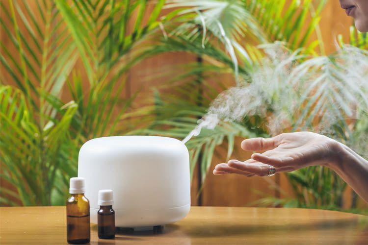 Ein Aroma Diffuser verbreitet wohlriechende Düfte und erzeugt eine angenehme Atmosphäre