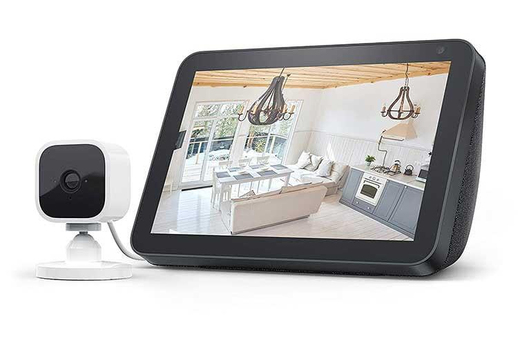 Das Live-Bild der Überwachungskamera Blink Mini lässt sich per Alexa Sprachbefehl auf einen Echo Show übertragen