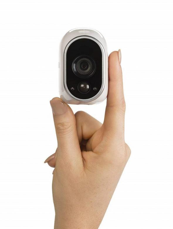 Arlo Sicherheits-/Überwachungs-Kamera im Größenvergleich zu einer Hand