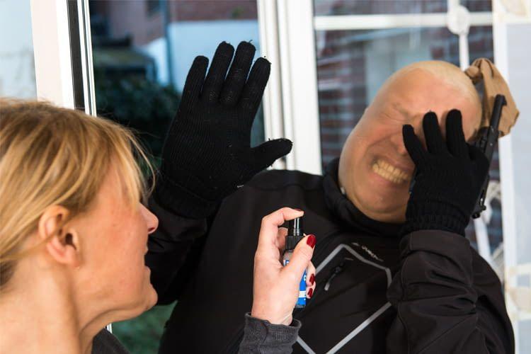 Wer einen Einbrecher überwältigt, darf ihn festhalten, bis die Polizei eintrifft