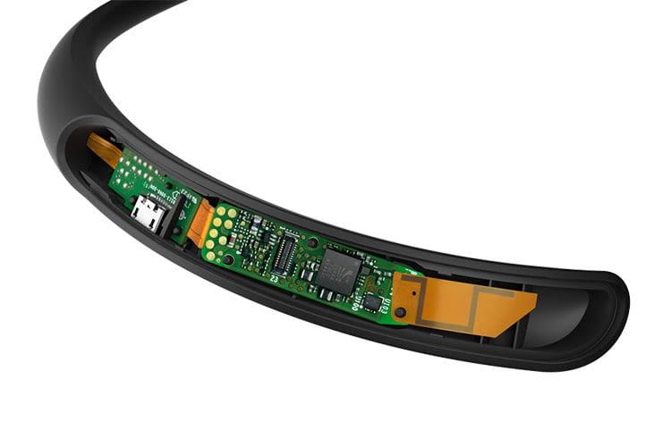 Die Technik des Bose QuietControl ist im Nackenbügel versteckt
