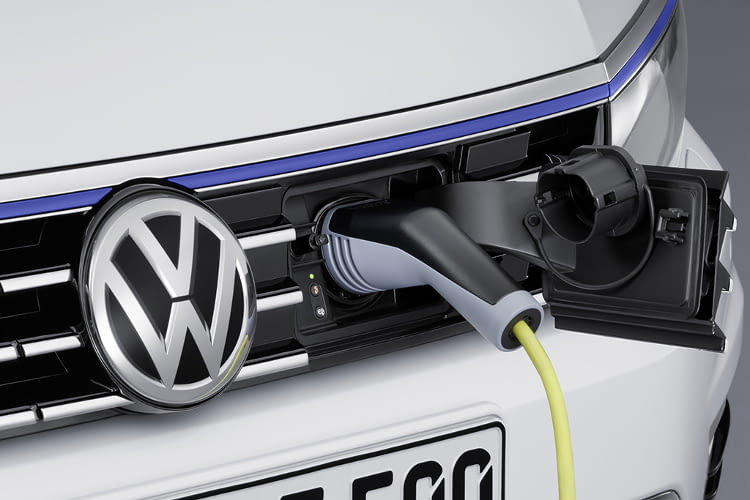 Im Durchschnitt verbraucht der GTE 5,4 Liter Super und 4,3 kWh Strom auf 100 Kilometer
