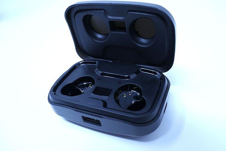 Das Ladecase der AIKELA X10 In-Ear Lautsprecher ist gleichzeitig auch eine Powerbank mit USB-Anschluss