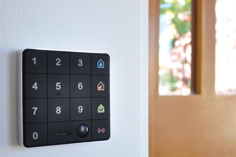 Schlüssellos ins Haus? Der Einbrecher wird mit roten Philips Hue Color LEDs empfangen