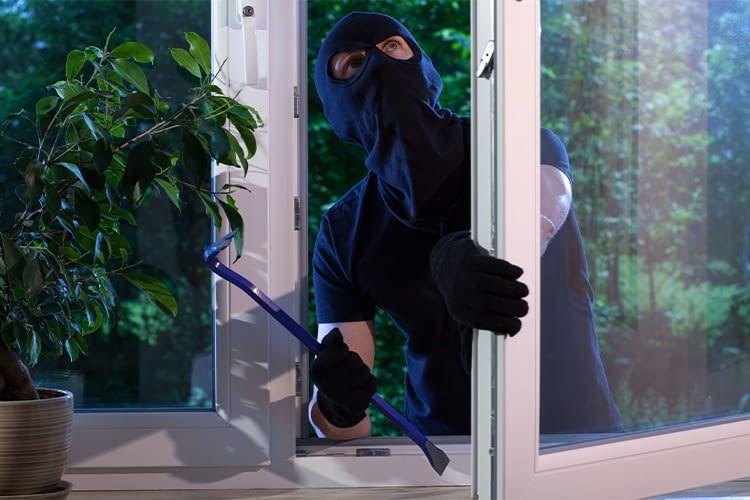 Gerne nutzen Einbrecher die Gunst der Stunde und dringen in leerstehende Häuser ein. Fenster und Türen sind dabei gerne genutzte Schwachstellen