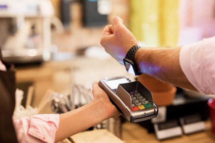 Immer mehr Smartwatches bieten praktische, kontaktlose Bezahlfunktionen