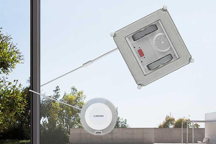 WINBOT X Fensterputroboter (oben) ist per Sicherheits-SEil mit dem Safety Pod Saugnapf (unten) verbunden.