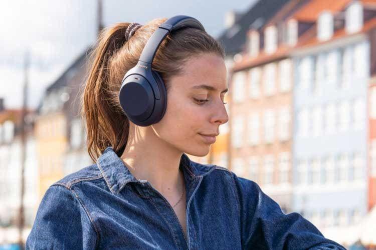 Eine besonders gute aktive Geräuschunterdrückung bietet der Sony WH-1000XM4 Over-Ear-Kopfhörer